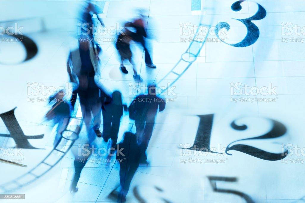 Montage des flous piétons marchant et plusieurs visages d'horloge - Photo