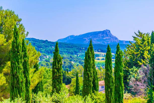 montagne sainte victoire en france - aix en provence photos et images de collection