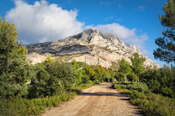 montagne sainte-victoire - crête d'une montagne de calcaire dans le sud de la france - aix en provence photos et images de collection