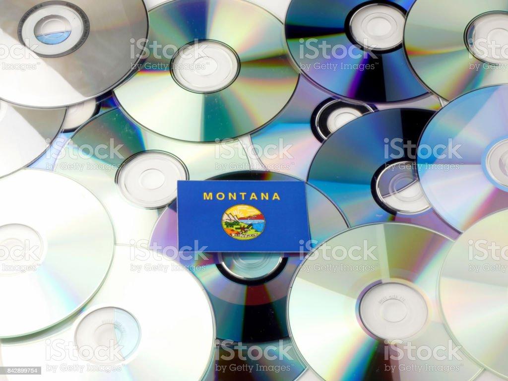 Bandeira de Montana em cima da pilha de CD e DVD isolada no branco - foto de acervo