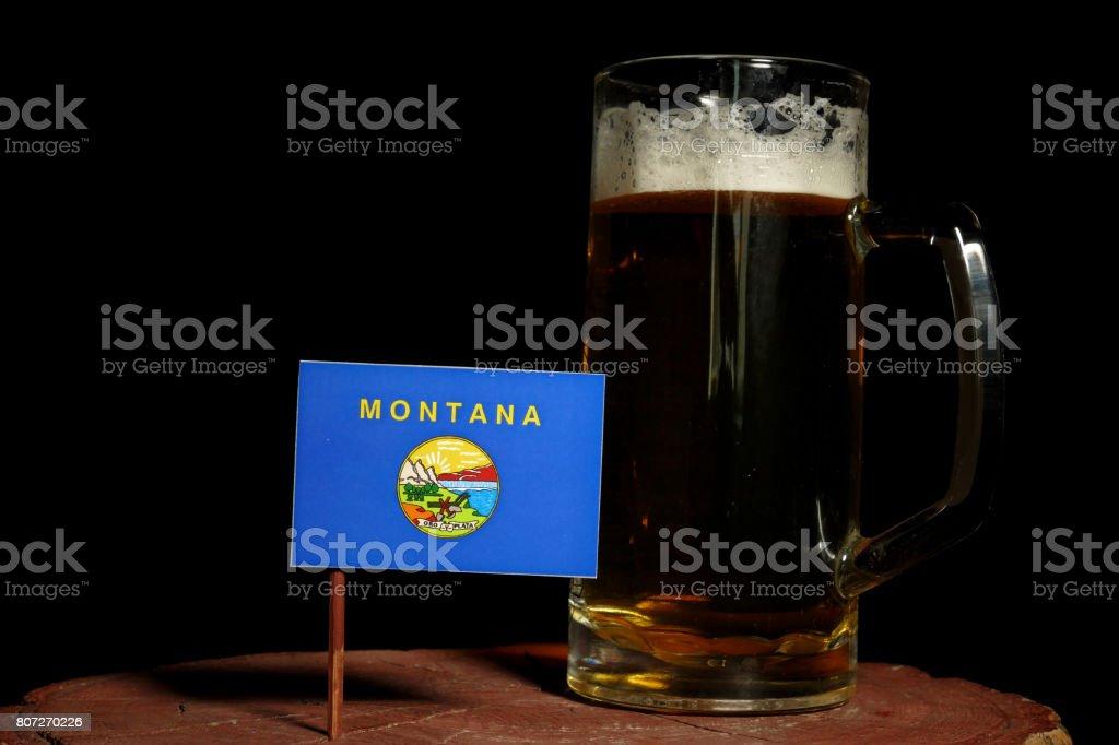 Bandeira de Montana com a caneca de cerveja isolada no fundo preto - foto de acervo