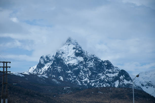 Monte montaña olivia en ushuaia argentina con nieve - foto de stock