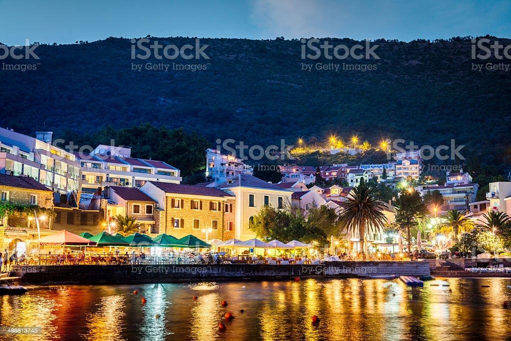 Montenegro, Petrovac por la noche - foto de stock