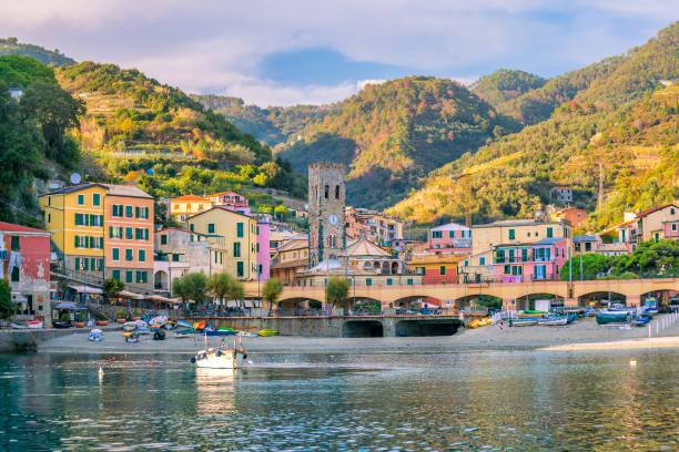 Monterosso al Mare, antigas vilas à beira-mar de Cinque Terre na Itália - foto de acervo