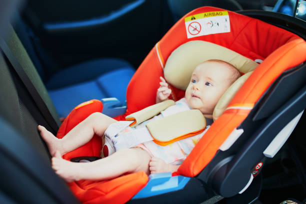 2 Monate altes Baby Mädchen in Autositz – Foto