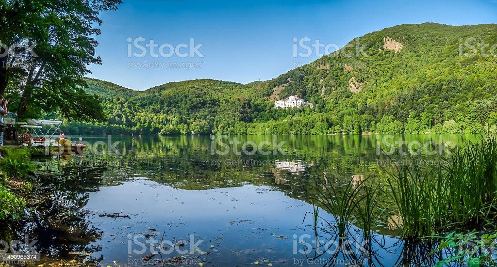 Lago Monticchio con famoso l'abbazia di e il Monte Avvoltoio, Basilicata, Italia - foto stock