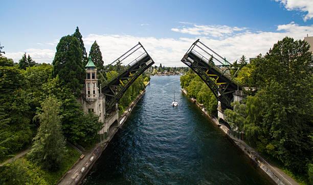 Montlake Bridge, Double-Leaf Bascule Bridge Lake Washington Seattle Montlake Bridge, Double-Leaf Bascule Bridge Over the Montlake Cut That Connects Lake Washington to Lake Union in Seattle bascule bridge stock pictures, royalty-free photos & images