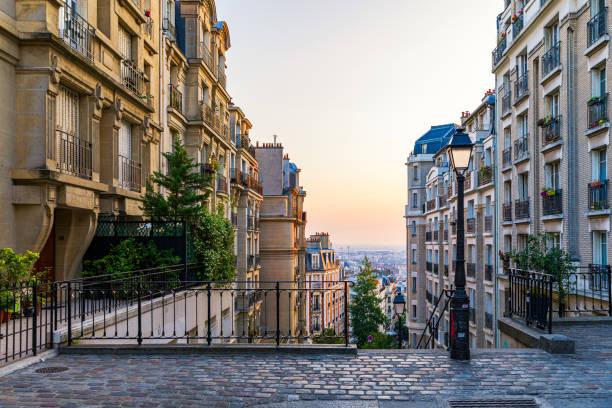 Montmartre Bezirk von Paris. Morgen Montmartre Treppe in Paris, Frankreich. Europa. Blick auf die gemütliche Straße im Viertel Montmartre in Paris, Frankreich. Architektur und Sehenswürdigkeiten von Paris. Postkarte von Paris. – Foto