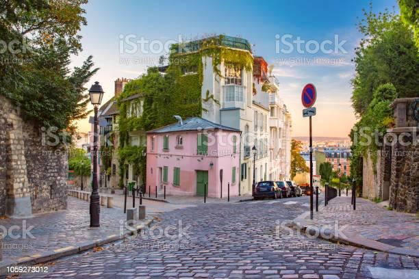 Montmartre in paris france picture id1059273012?b=1&k=6&m=1059273012&s=612x612&h=eupiwxbjmunkgnw08o0wxcmcsm6rqyggnt3qyqg1ic0=