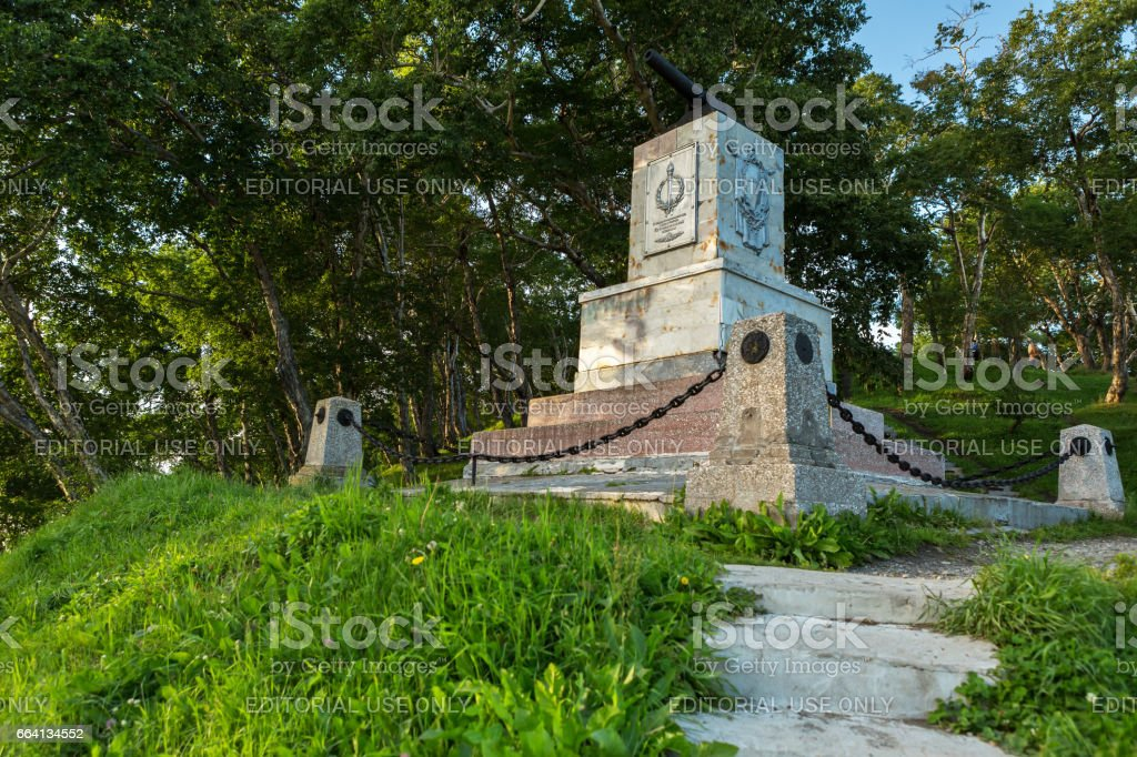 Monument in honor of the 3rd battery under the command of A.Maksutov, who fought heroically in August 1854 with the Anglo-French invaders foto stock royalty-free