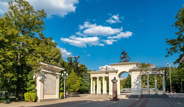 記念碑のゲオルギー ・ ジューコフとメモリアル アーチ クバン彼らの誇りです。ロシア連邦 - クラスノダール市 ストックフォトと画像
