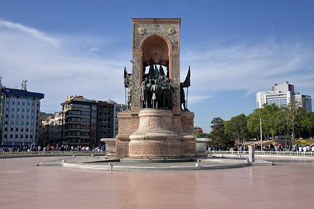 памятник республики на площади taksim, стамбул, турция. - каракёй стамбул стоковые фото и изображения
