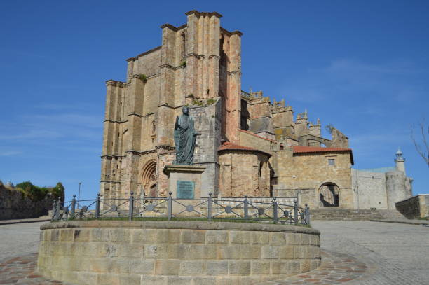Denkmal für Kaiser Cesar Vespasiano Augusto Gründer der Kolonie vor der Kirche Unserer Lieben Frau von Mariä Himmelfahrt datiert im 12. Jahrhundert auf dem Paseo Maritimo in Castrourdiales. – Foto