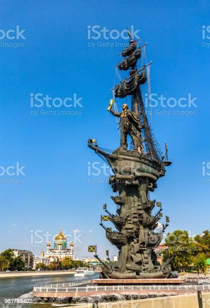 https www istockphoto com es foto monumento a pedro el grande en mosc c3 ba rusia gm981753402 266618470