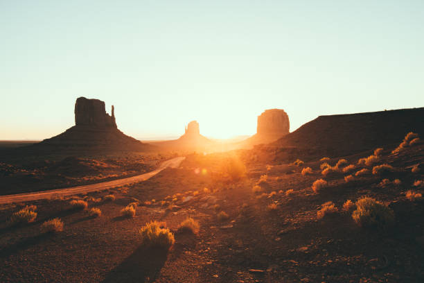 monument valley bei sonnenaufgang, arizona, usa - colorado plateau stock-fotos und bilder