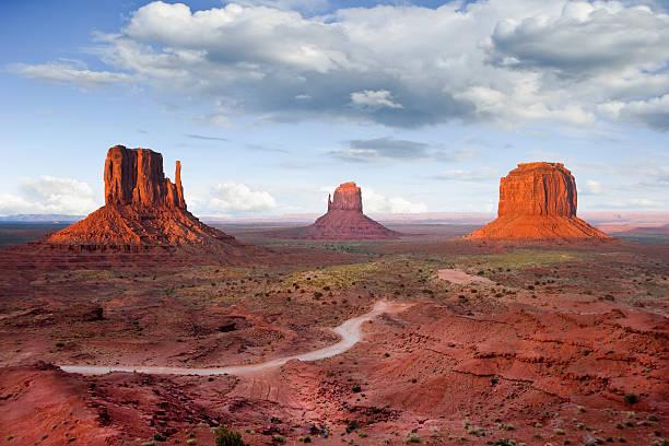 die fäustlinge und merrick butte bei sonnenuntergang - colorado plateau stock-fotos und bilder