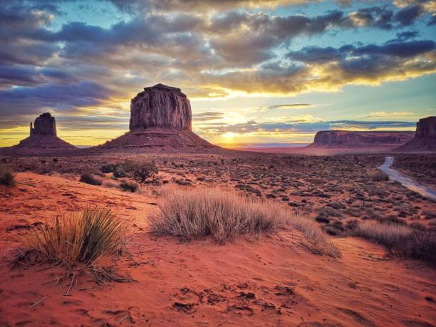 monument valley stämme park bei sonnenaufgang, arizona. usa - colorado plateau stock-fotos und bilder