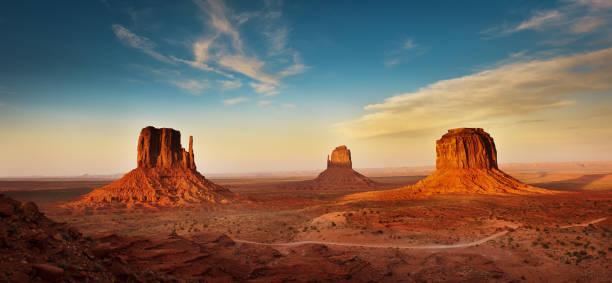 Paysage de Monument Valley Tribal Park au coucher du soleil - Photo