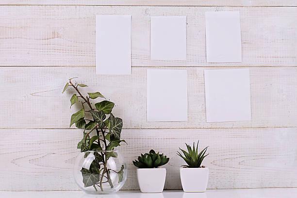 mood board com pedaços de papel em branco em branco na parede branca - mood board - fotografias e filmes do acervo