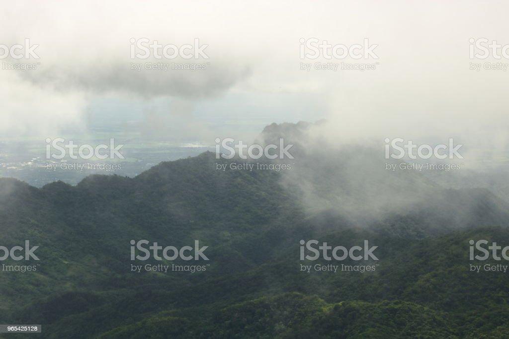 비오는 날에 산의 경치에 무디 안개입니다. - 로열티 프리 경관 스톡 사진