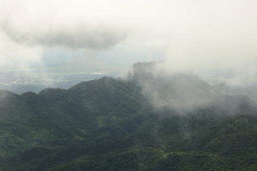 비오는 날에 산의 경치에 무디 안개입니다 경관에 대한 스톡 사진 및 기타 이미지