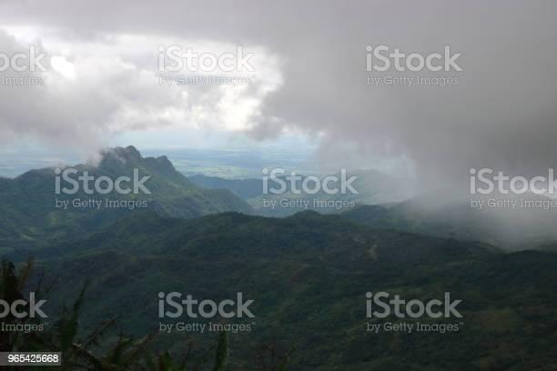 Foto de Mau Humor Montanha Com Céu Dramático Em Dia Chuvoso e mais fotos de stock de Ambiente dramático