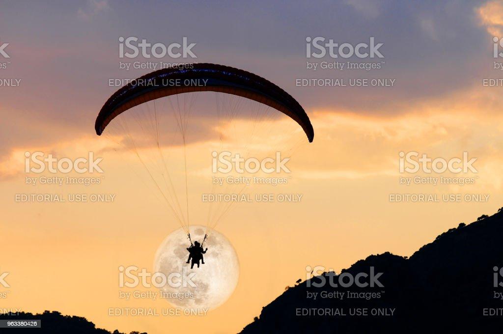 Moon in the paragliding at sunset,Fethiye,Mugla,Turkey - Zbiór zdjęć royalty-free (Adrenalina)