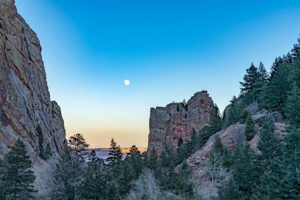 mond über eldorado canyon state park - canyon stock-fotos und bilder