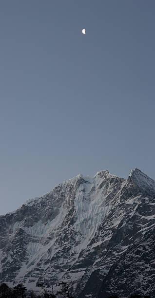 상현달 over 인공눈 산, 북쪽으로 히말라야 산맥, 네팔 스톡 사진