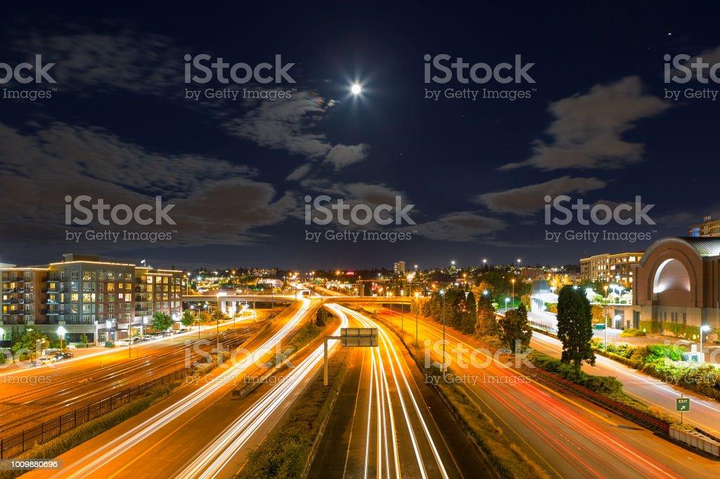 Moon Rise über Autobahn mit Langzeitbelichtung Lichtspuren in Tacoma WA in der Nacht – Foto