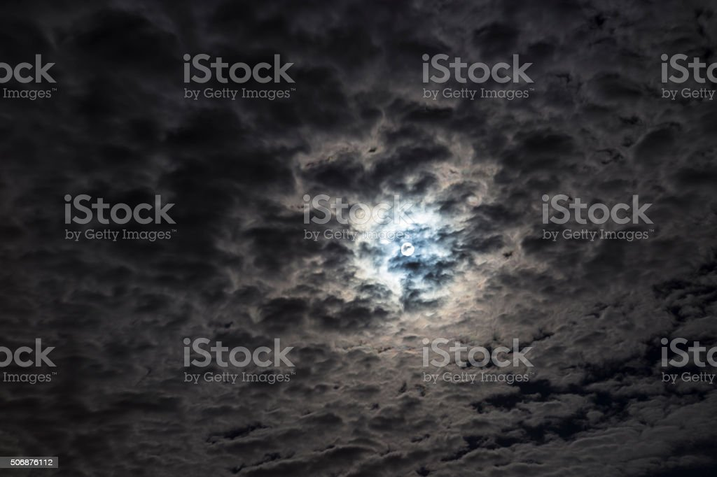 Luna splendente tra le nubi stock photo