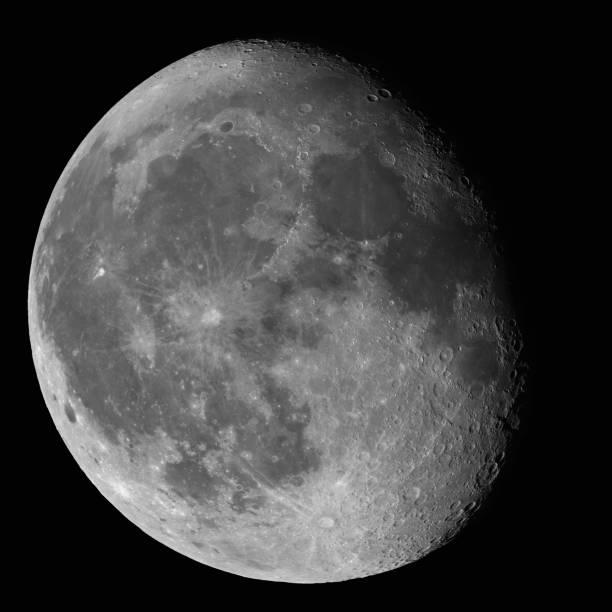 moon waning gibbous fase 87% contro immagine ad alta risoluzione cielo notturno nero - luna gibbosa foto e immagini stock