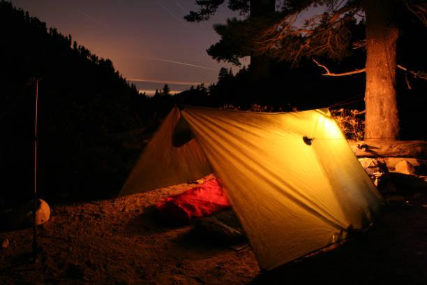 mondlose camp - planenzelt stock-fotos und bilder