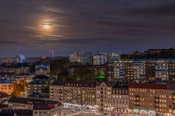 månsken över skanstorget. gothia towers och liseberg i bakgrunden - liseberg bildbanksfoton och bilder