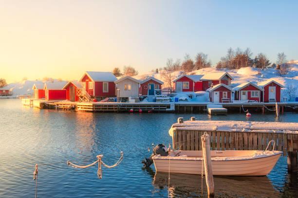 moored boat and snow on the jetty - szwecja zdjęcia i obrazy z banku zdjęć