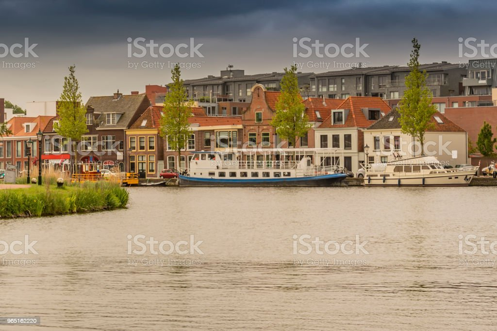 moored boats and houses in alkmaar. netherlands holland zbiór zdjęć royalty-free