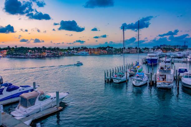 boten in de haven van fort lauderdale, florida bij zonsondergang - zuidoost stockfoto's en -beelden