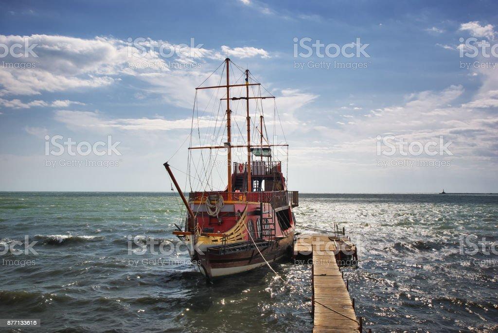 amarrado el barco viejo - foto de stock