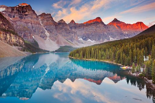 Moraine Lake Bei Sonnenaufgang Banff National Park Kanada Stockfoto und mehr Bilder von Alpenglühen