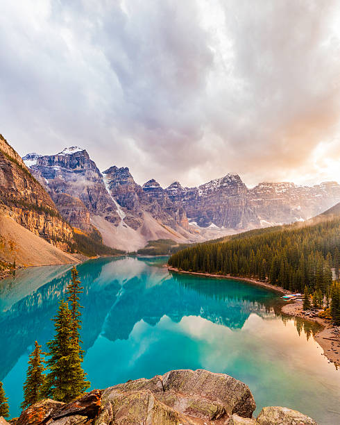 moraine lake, banff national park - hdri landscape stockfoto's en -beelden