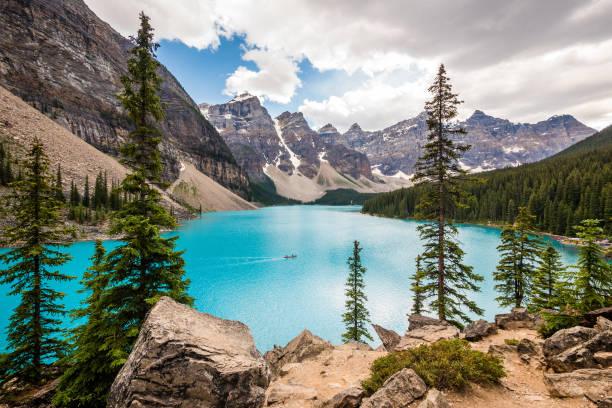 moraine lake in banff national park, canadian rockies, alberta, canada - moraine стоковые фото и изображения