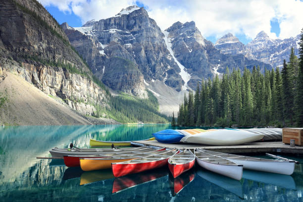 moraine lake in the rocky mountains, alberta, canada - voyages au canada photos et images de collection
