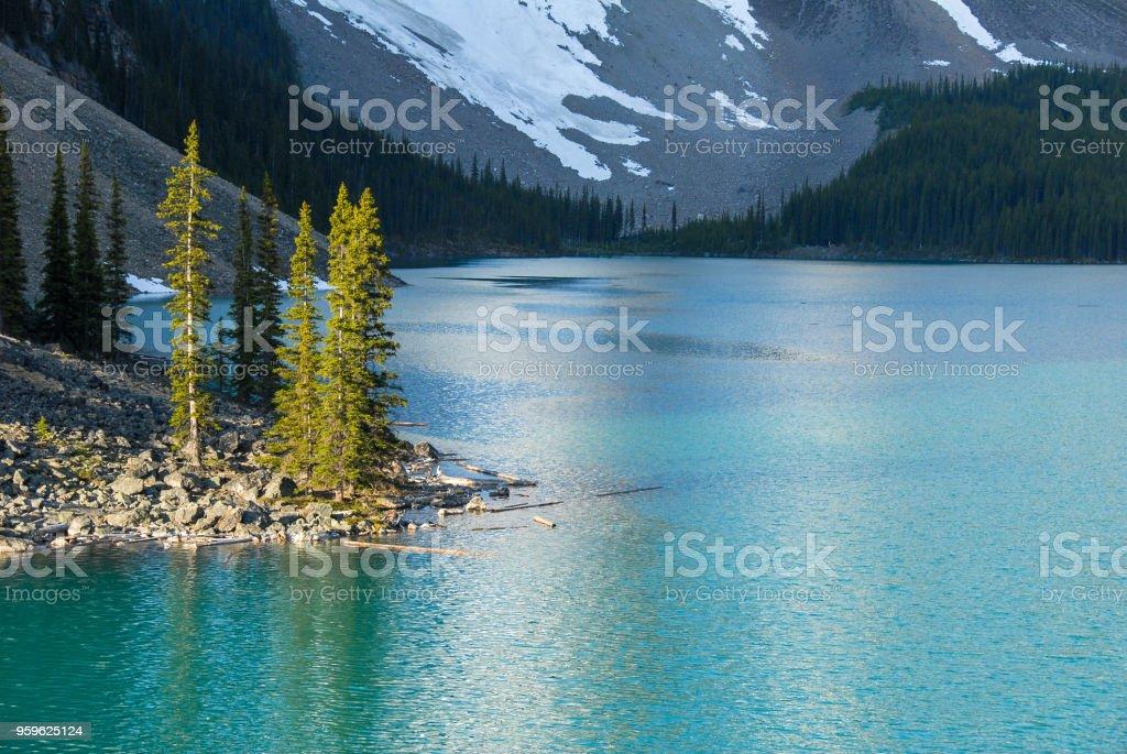 Lago Moraine en la primavera mañana, Parque nacional Banff montañas rocosas de Canadá, Alberta, Canadá - Foto de stock de Aire libre libre de derechos