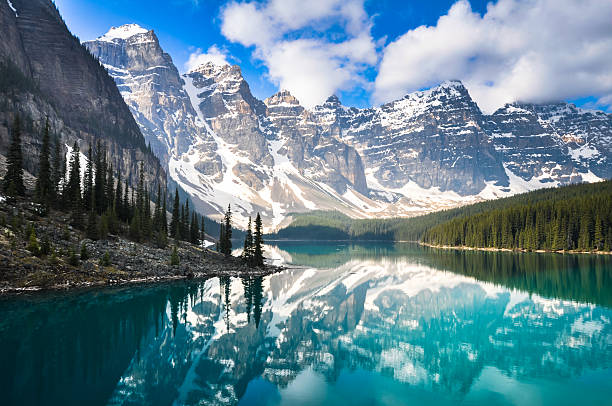 moraine lake, rocky mountains, canada - canada stockfoto's en -beelden