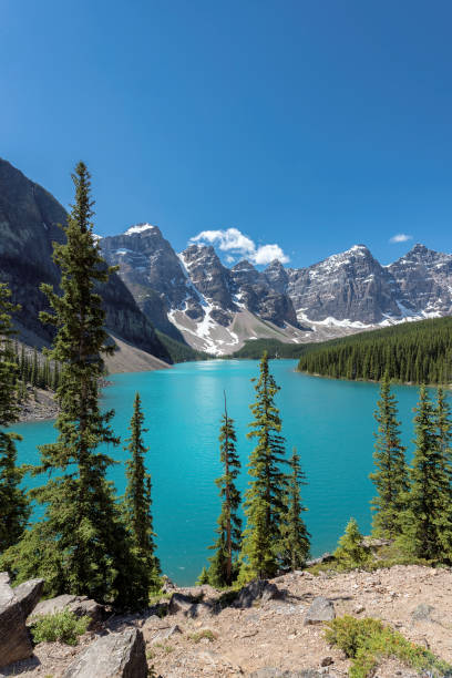 moraine lake, rocky mountains, canada - lake louise stockfoto's en -beelden