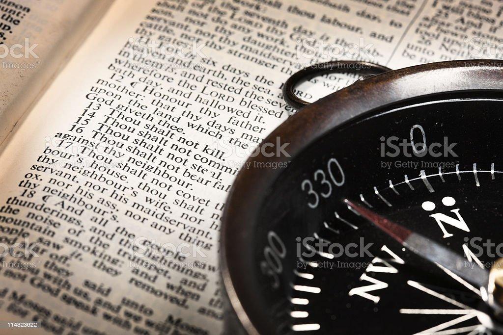 Bússola Moral com Os Dez Mandamentos - foto de acervo