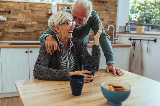 meer dan ooit tevoren verbonden - ouder volwassenen koppel stockfoto's en -beelden