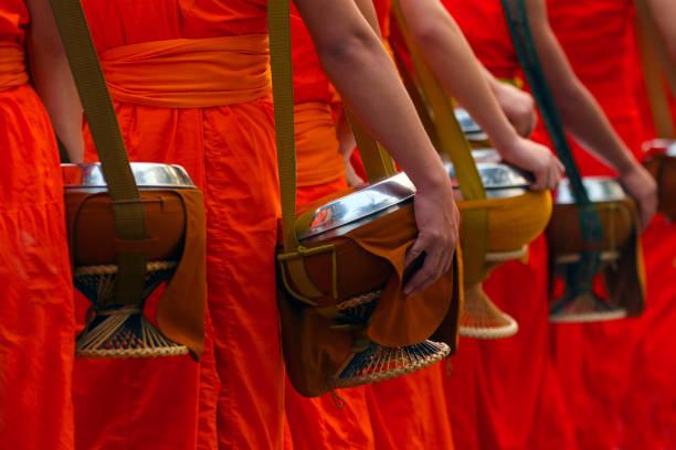 mehr mönch mit almsbowl am morgen zeit, setzen die freundliches lebensmittel-angebote in einem buddhistischen mönch schüssel, luang prabang, laos kultur weltkulturerbe - klosterurlaub stock-fotos und bilder