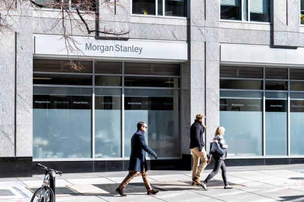 morgan stanley investment, vermögensverwaltung, bankfiliale, bankinstitut, schild mit menschen zu fuß auf den gehweg, straße, außerhalb, im freien - morgan stanley stock-fotos und bilder