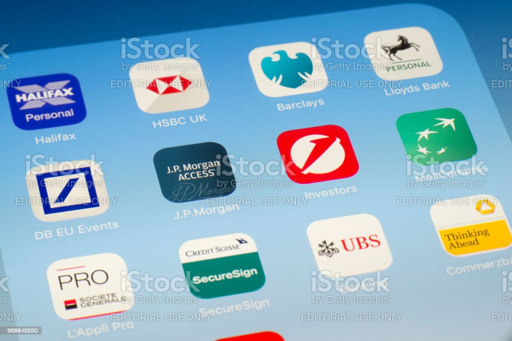 JP Morgan, UniCredit y otras aplicaciones bancarias en pantalla del iPad - foto de stock